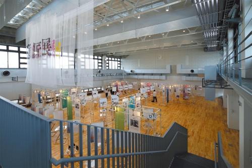 4階のイノベーションアトリエ。写真は、建築、デザイン、都市環境、ランドスケープの4学科合同による卒業制作展の様子。新キャンパスにおける最初の地域開放イベントとして21年3月末に実施した(写真:安川千秋)