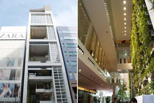 左:中央通り側から見上げる。店舗部分では四層分、その上では三層分ずつの巨大ガラスシャッターが開閉する 右:1階部分の裏通り側から表通り側を見る。坂氏は「銀座にない、自然豊かなパブリックスペースの創出を目指した」と話す(写真:日経アーキテクチュア、以下同)