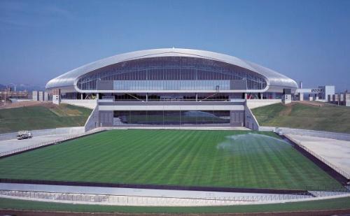 札幌ドームの外観。02年のFIFAワールドカップ開催地に名乗りを上げた札幌市が、サッカー、野球兼用のドーム型スタジアムを建設した。01年竣工。大成建設はコンベ段階で原広司グループに参画。原氏の主宰するアトリエ・ファイ建築研究所、アトリエ・ブンク、竹中工務店、米国のシャール・ボヴィスと組んだ。建設会社3社は、施工者として市と契約している(写真:寺尾 豊)