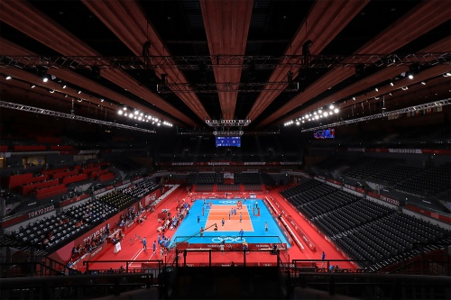 東京大会に合わせて建設された「有明アリーナ」。「無観客」開催の日を迎えた(2021年7月24日撮影)。収容人数1万5000人。五輪でバレーボール、パラリンピックで車いすバレーボールの会場となる(写真:日経クロステック)