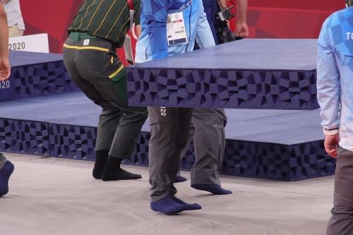 東京五輪「柔道」表彰式準備の様子。銅メダリストが2人のため、台のパーツを追加(21年7月28日)(写真:日経クロステック)