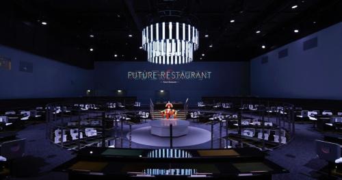 「LIVE PERFORMANCE THEATER(ライブパフォーマンスシアター)」。 15年5~10月開催の「2015年ミラノ国際博覧会(ミラノ万博)」日本館における展示ゾーンのメイン作品。レストランスタイルのシアターで、観客は各テーブルのディスプレーを箸(はし)で操作し、体感する。同万博の展示デザイン部門で「金賞」を受賞した。齋藤氏はクリエイティブディレクションを担当。発注者:JETRO、総合プロデュース:電通、空間制作:乃村工芸社+ 丹青社(写真:パノラマティクス)