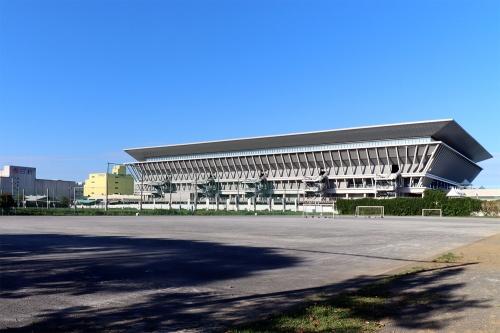 東京アクアティクスセンター(東京都江東区)。「東京2020」大会の五輪では競泳、飛び込み、アーティスティックスイミング、パラリンピックでは水泳の会場として使用。基本設計を山下設計、基本設計協力を丹下都市建築設計、Arup、実施設計を昭和設計、実施設計・施工を大林組・東光電気工事・エルゴテック・東洋熱工業JVが担当した(写真:日経クロステック)
