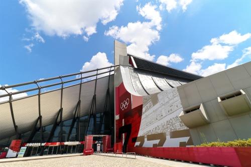 国立代々木競技場(東京都渋谷区)の第一体育館。2019年9月改修工事完了。「東京2020」大会の五輪ではハンドボール、パラリンピックではバドミントン、車いすラグビーの会場として使用。改修設計を丹下都市建築設計・久米設計JV、施工を清水建設が担当した(写真:日経クロステック)