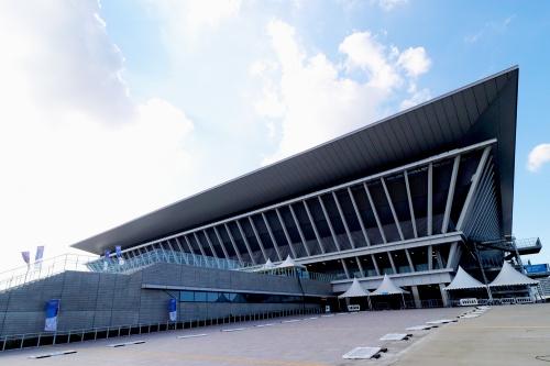 東京アクアティクスセンター(東京・江東)の南東側外観。「東京2020」大会の五輪では競泳、飛び込み、アーティスティックスイミング、パラリンピックでは水泳の会場として使用。基本設計を山下設計、基本設計協力を丹下都市建築設計、Arup、実施設計を昭和設計、実施設計・施工を大林組・東光電気工事・エルゴテック・東洋熱工業JVが担当した(写真:日経クロステック)