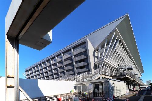 東京アクアティクスセンターを北西側から見上げる(写真:日経クロステック)
