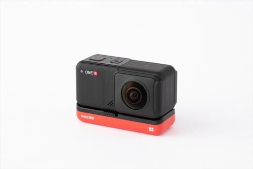 360度カメラ「Insta360 ONE R」は、カメラ本体の全周囲を撮影できる。外観は通常のアクションカメラのようだ
