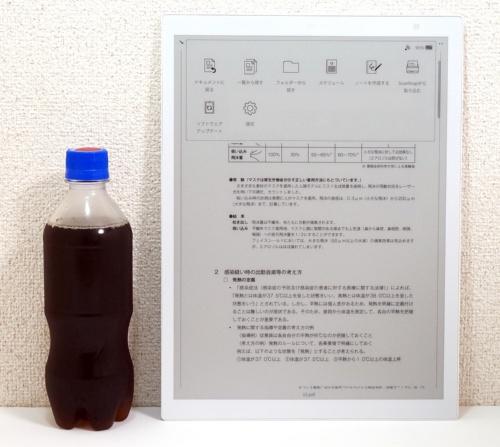 左は比較のために置いた420ccサイズのペットボトル飲料。タブレットとして考えるとかなり大きめだ
