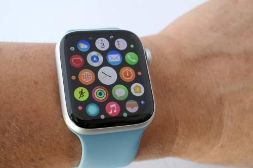 iPhoneにように画面をタッチして様々なアプリを利用できるApple Watch。最上位のSeries 6は4万7080円~。現行機種で最も安いSeries 3は2万1780円~
