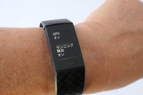 Fitbitのスマートバンド「Fitbit Charge 4」もGPSを搭載。モノクロ画面だがタッチ操作に対応し、直感的に操作可能。実売価格は1万9990円(Suica対応モデル)