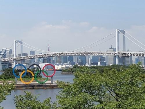 レインボーブリッジ、東京タワーが見える東京湾岸地区の景観に五輪マークが浮かぶ。ビーチバレーボール競技会場からは望めない(写真:山嵜 一也)