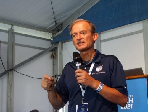 2021年のAirVentureの報道機関向け発表会に登壇したバイ・エアロスペースのBye氏