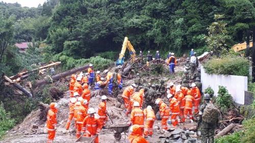 長崎県雲仙市小浜町で発生した土砂崩れの現場。行方不明者の捜索が続く。2021年8月16日午前9時撮影(写真:雲仙市)