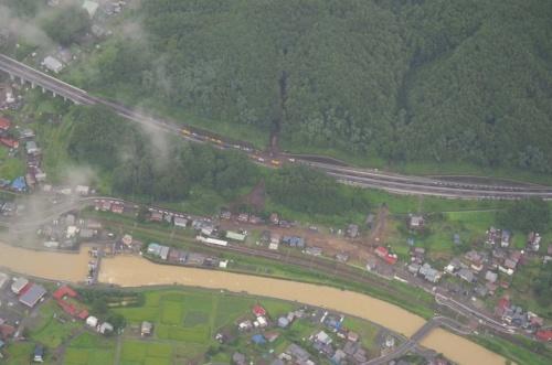 長野県岡谷市で発生した土石流。写真中央部では、土砂が住宅に流れ込んだ様子を確認できる。2021年8月15日午後4時頃撮影(写真:国土交通省中部地方整備局天竜川上流河川事務所)