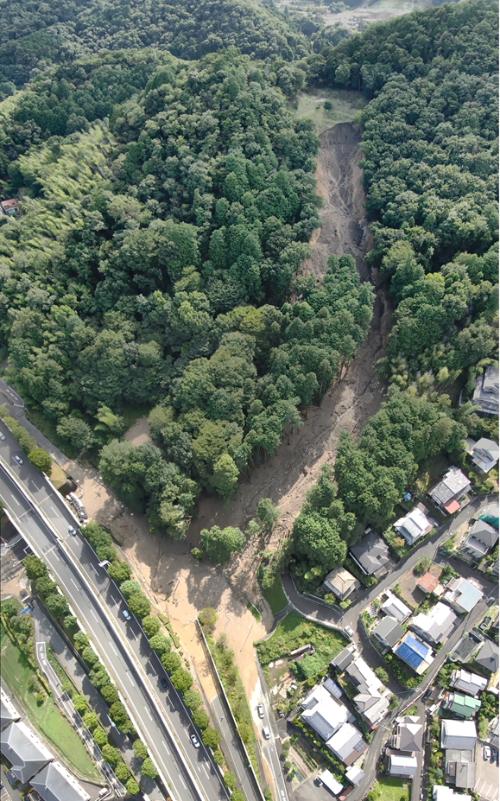 山の斜面が崩落し、国道161号西大津バイパスの近江神宮ランプに土砂が流入している。写真右上部の森林が局所的になくなっている箇所が起点だとみられる。2021年8月15日撮影(写真:大津市)