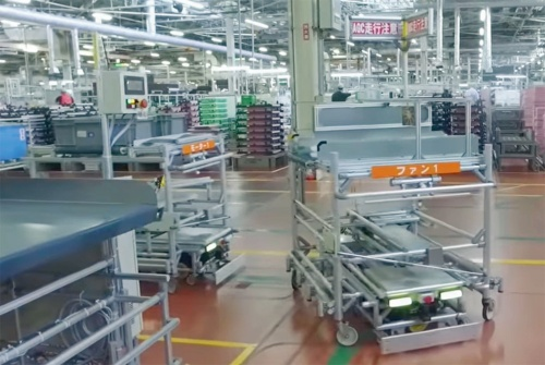 (a)デンソーの工場内を移動するAGV