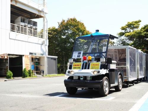 図1 ゴルフカーを基に開発した自動運転方式の搬送車