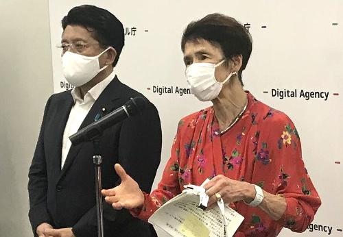 初代デジタル監に就任した石倉洋子氏(右)と初代デジタル大臣に就任した平井卓也氏