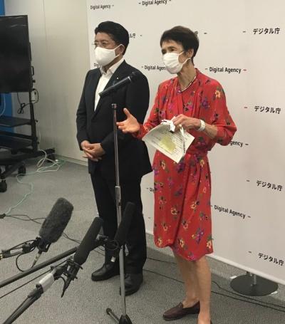 デジタル相に就いた平井卓也前デジタル改革相(左)とデジタル監に就いた石倉洋子一橋大学名誉教授