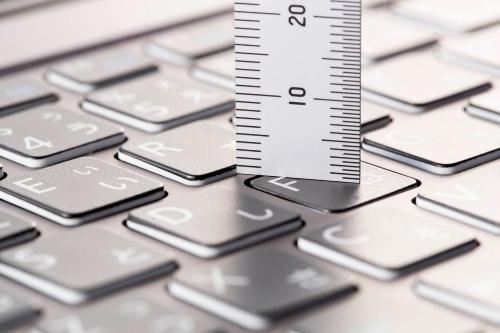キーストロークはキーを押し込んだときの深さを示す。高級キーボードはキーをどのくらい打ち込んだときに反応するかが仕様に記載されている