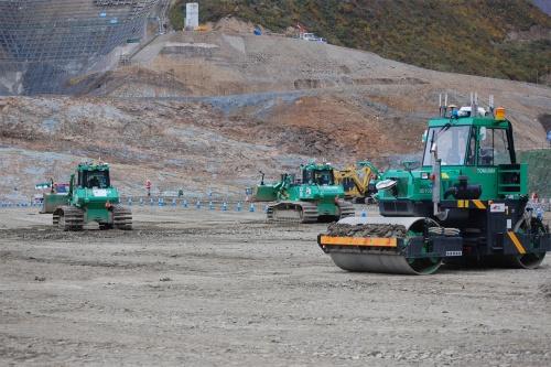 成瀬ダムの施工現場。ブルドーザーや振動ローラーが自律運転しながら施工を進めている(写真:日経クロステック)
