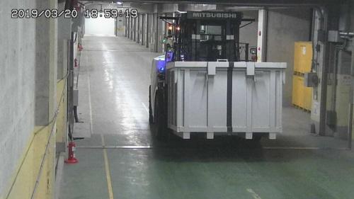 固体廃棄物貯蔵庫内部を無人のフォークリフトが走行する(資料:東京電力ホールディングス)