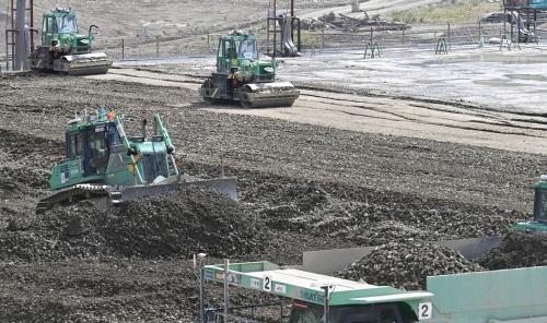 成瀬ダムの堤体上を自動で走行するブルドーザーと振動ローラー(写真:日経クロステック)