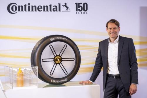 持続可能なタイヤのコンセプト「Conti GreenConcept」を紹介するコンチネンタルCEO(最高経営責任者)のNikolai Setzer(ニコライ・セッツァー)氏