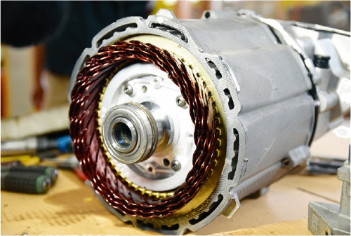 減速機、インバーターと一体化した電動アクスルとして車両後方に搭載する。モーターの種類は、永久磁石式同期モーターである。(撮影:日経Automotive)