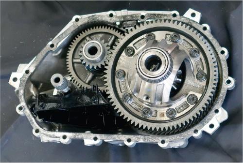 1速2段式で、モーターの出力を駆動輪に伝達する。減速比は10.0。冷却方式は油冷式で、内部でオイルを循環させる。(撮影:日経Automotive)