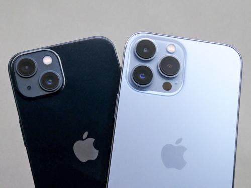 iPhone 13(左)とiPhone 13 Pro Max(右)