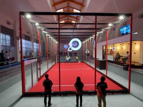 直径40センチメートルのドローンボールを使うドローンサッカー競技場「ADEドローンサッカーアリーナ」