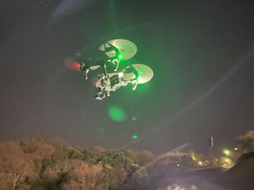 調査のため、びんご運動公園とその周辺の上空を飛ぶドローン