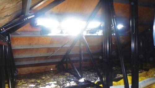〔写真3〕屋根裏の焼損状況