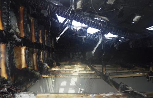 〔写真2〕小屋裏を半焼