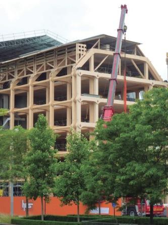 施工中の外観。街並みに合わせて建物のリズムやラインをそろえ、周囲になじむように配慮した(写真:SHIGERU BAN ARCHITECTS EUROPE)