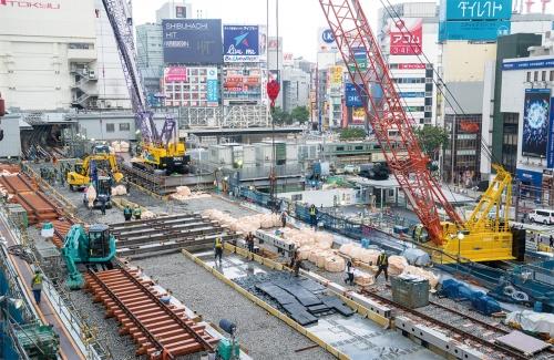 写真1 ■ 工事桁の撤去が進む様子を渋谷ヒカリエから見下ろす。写真左奥が現在の銀座線渋谷駅。工事1日目の5月3日午前9時ごろ撮影(写真:大村 拓也)