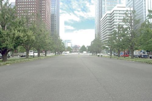 写真4■ 改修前の行幸通り。中央部分の馬車道はアスファルト舗装で、普段は活用されていなかった(写真:東京都)