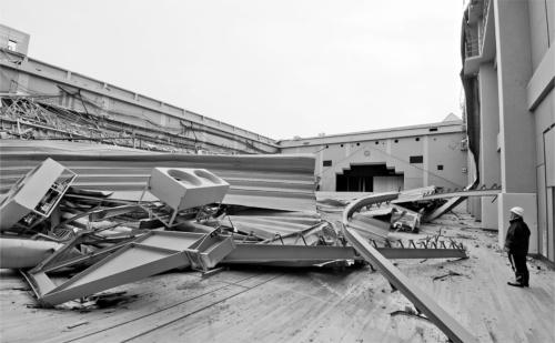 〔写真1〕2000m2の屋根崩落