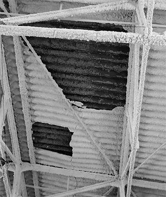 〔写真1〕むき出しになった屋根裏