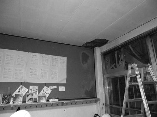 〔写真1〕授業中に突然天井が落下しグラウト材が飛散