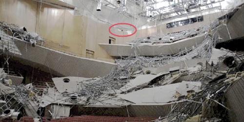 〔写真1〕重量天井が崩落