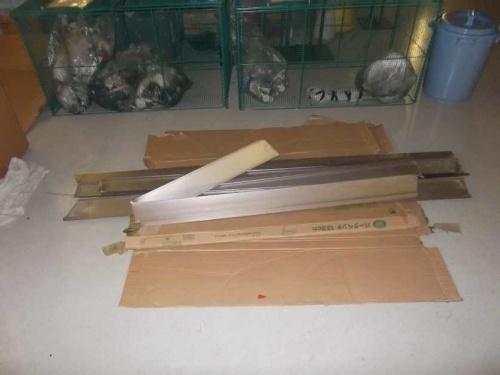 落下した天井板。アルミ製で1枚の重さは約800g(写真:新潟県新潟地域振興局新潟港湾事務所)