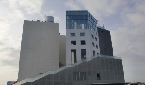 〔写真2〕トンネルの換気塔に展望室などを併設