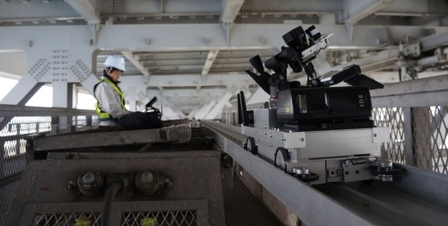 赤外線カメラを搭載したロボットを遠隔で操作して、鋼床版の溶接部を撮影する。亀裂箇所で温度の差が出やすい3~9月が点検に向く(写真:本州四国連絡高速道路会社)