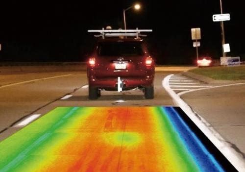 車に搭載した赤外線カメラで、路面の損傷箇所を調査する様子。写真に合成したヒートマップはイメージ(写真:ネクスコ・ウエストUSA)