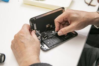 iPhone XS Maxの本体からディスプレーと接続するコネクターを外す(以下、撮影:渡辺 慎一郎)