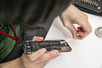 iPhone XSのL字形電池は外しにくい。粘着テープを引っ張って外した