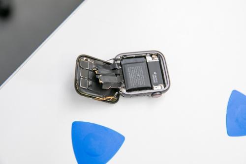 筐体をこじ開けたところ。本体側には触覚フィードバックのTaptic Engineとリチウムイオンバッテリーがある