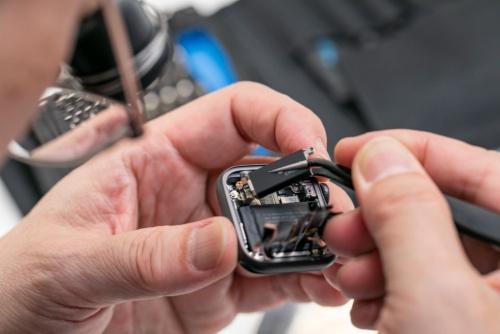 極小ネジで固定された部品類を外していくと
